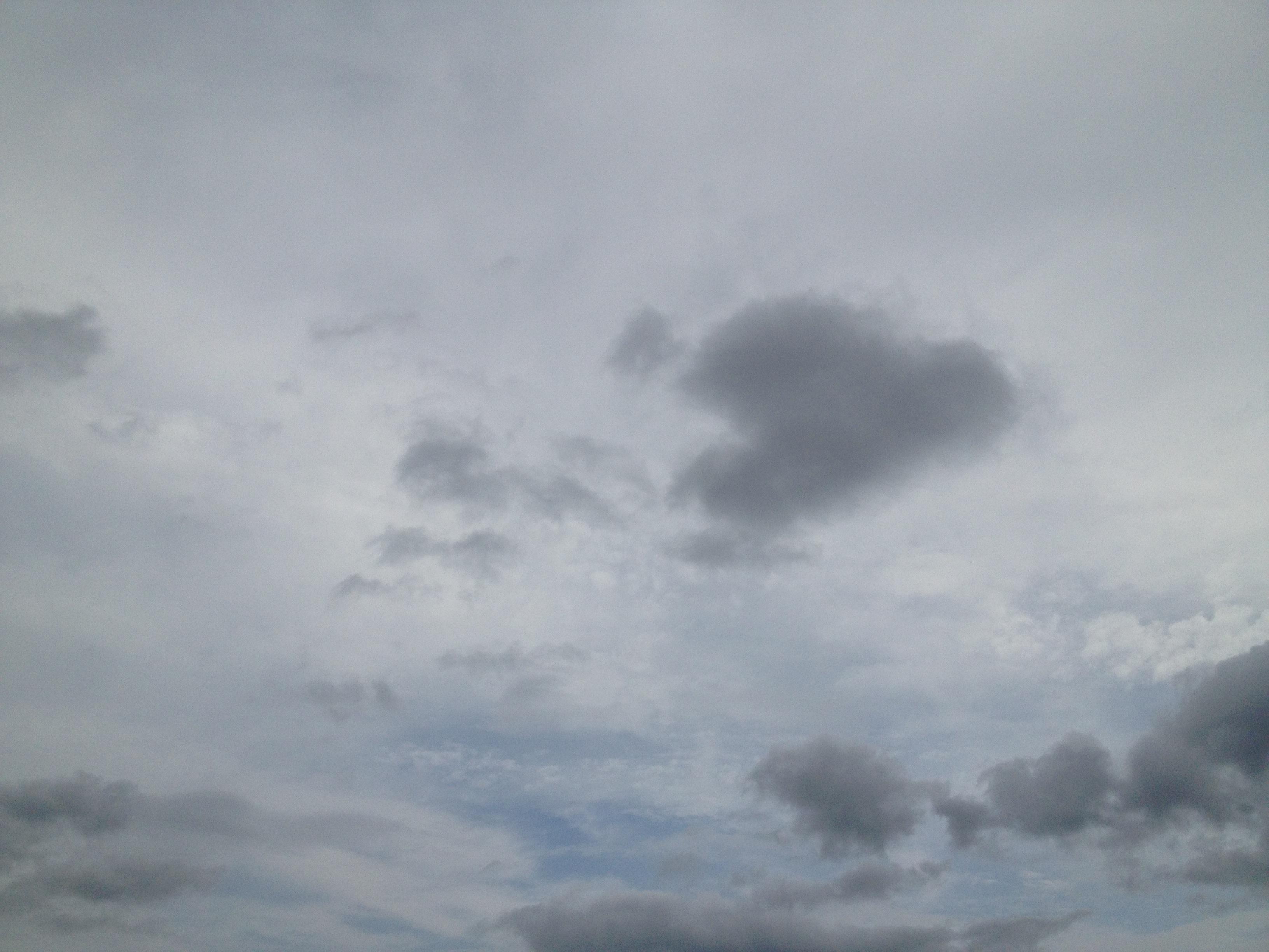 2層の雲と隙間の青空
