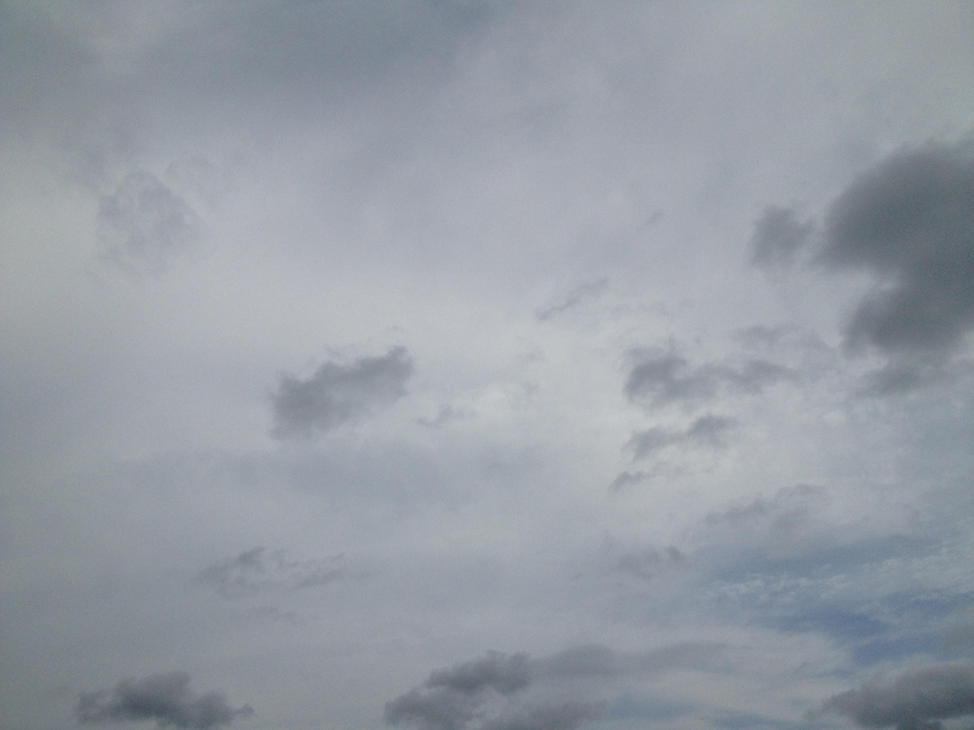 雨寸前の奥に青空