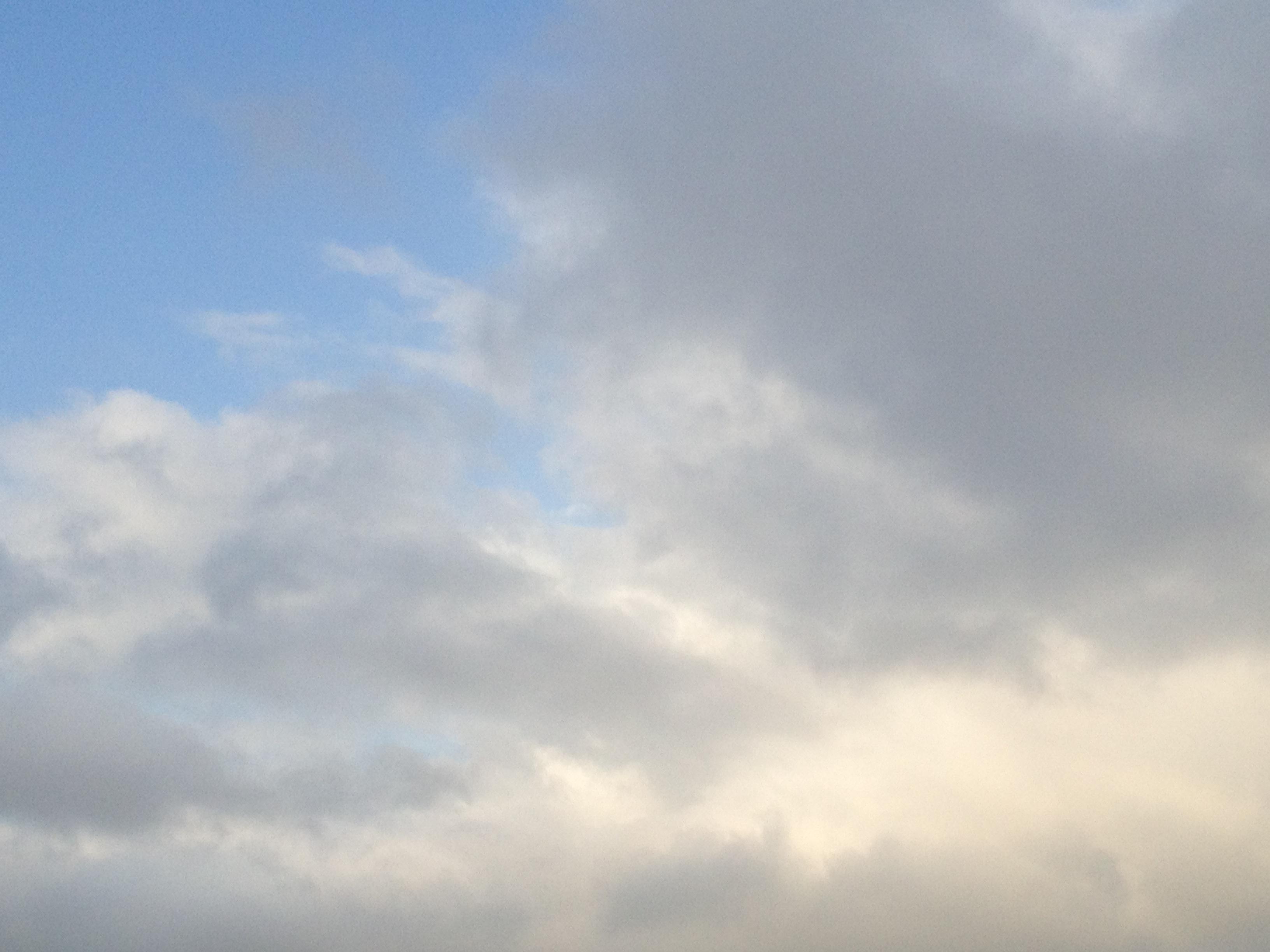 雲はあるけど明るい夕方