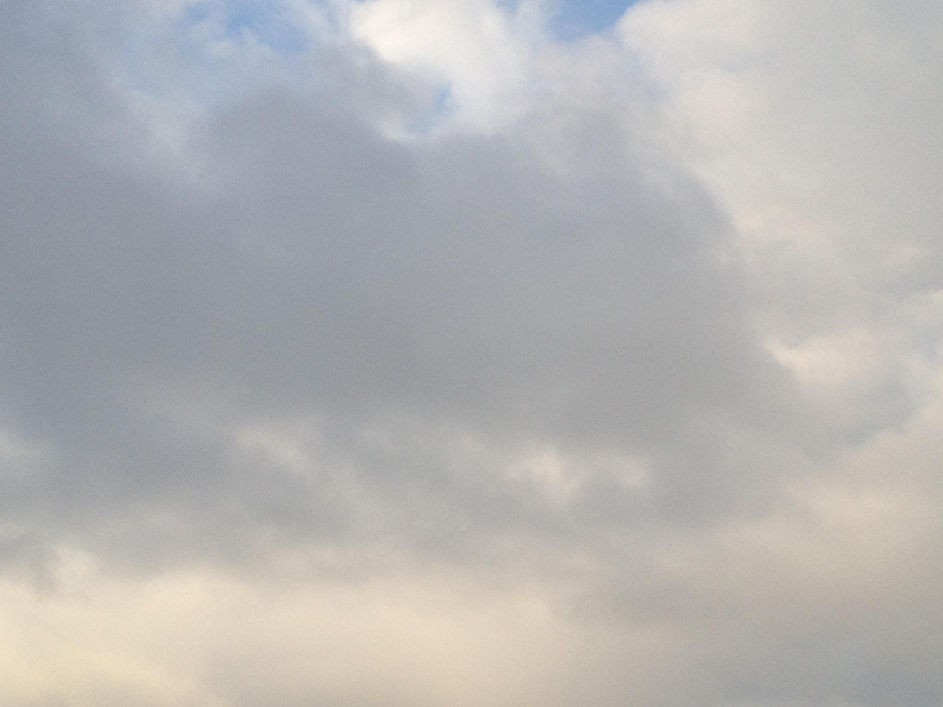 厚めの雲で暗い夕方