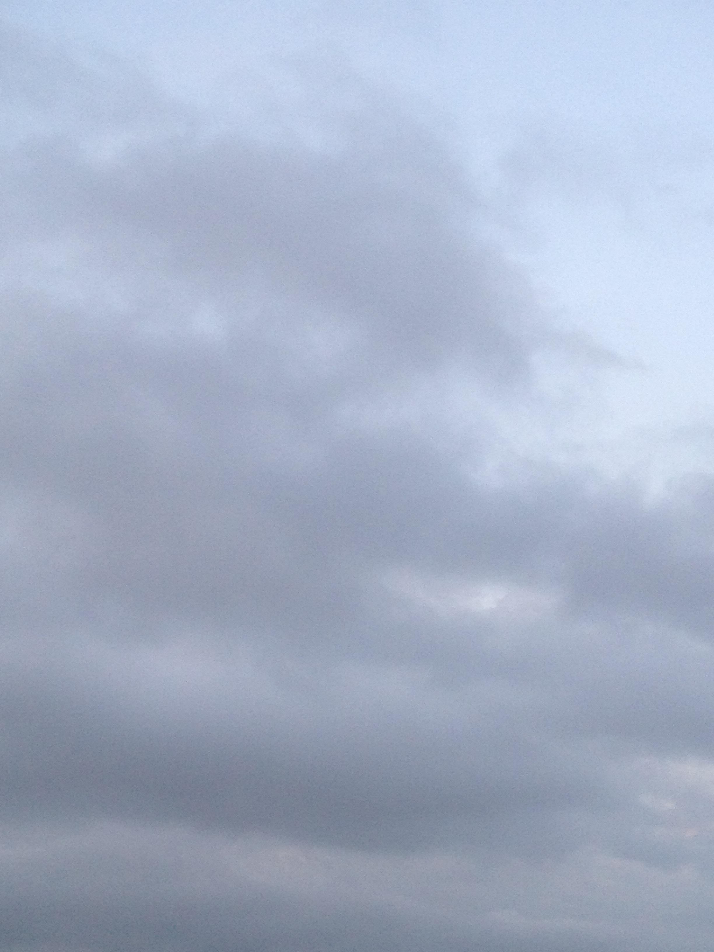 夕方に灰色の雲
