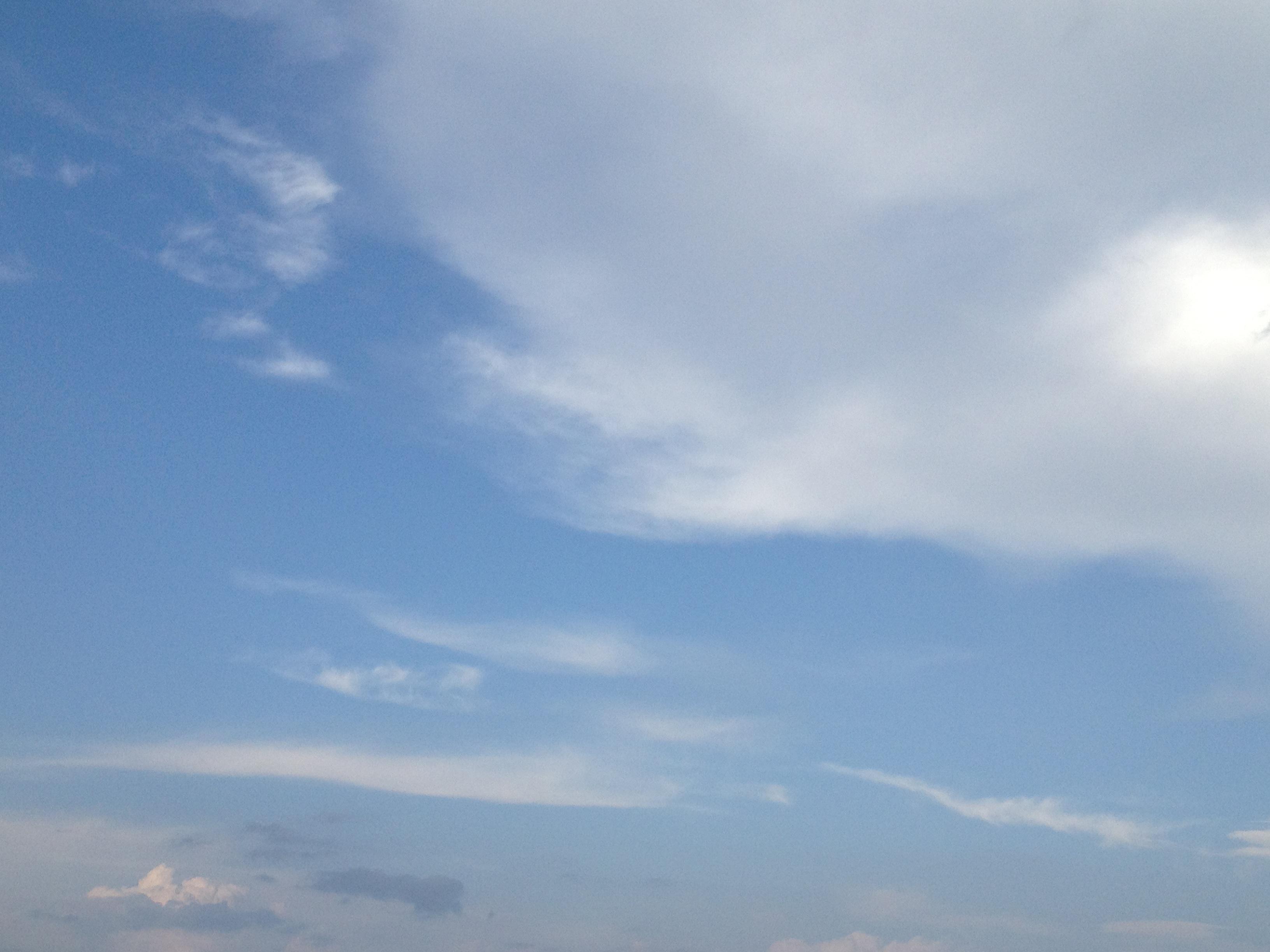 青空に遠くの雲
