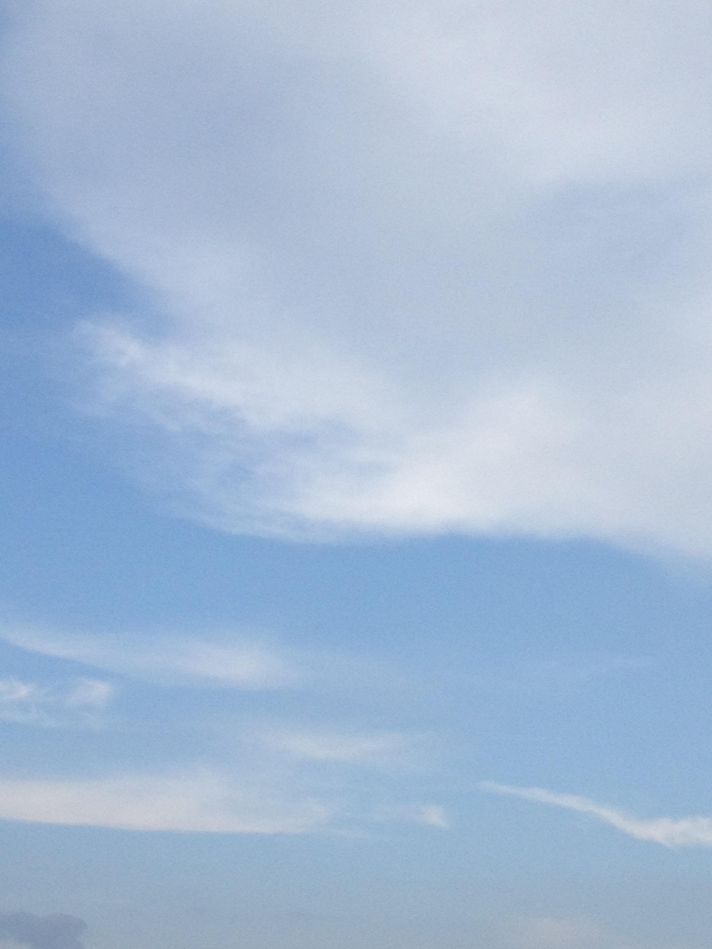 青空に雲少なめ