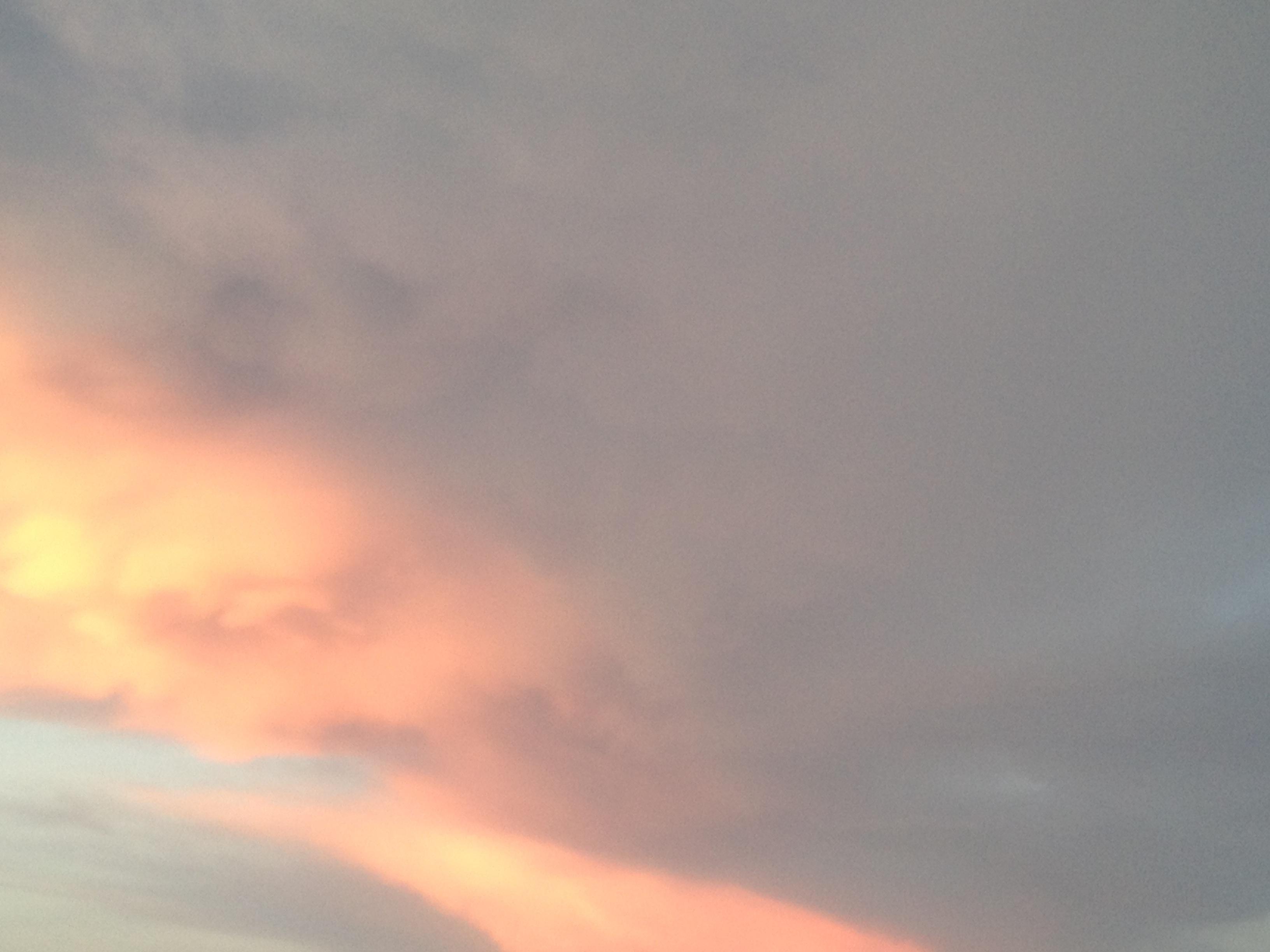 雲にまぎれた夕焼け