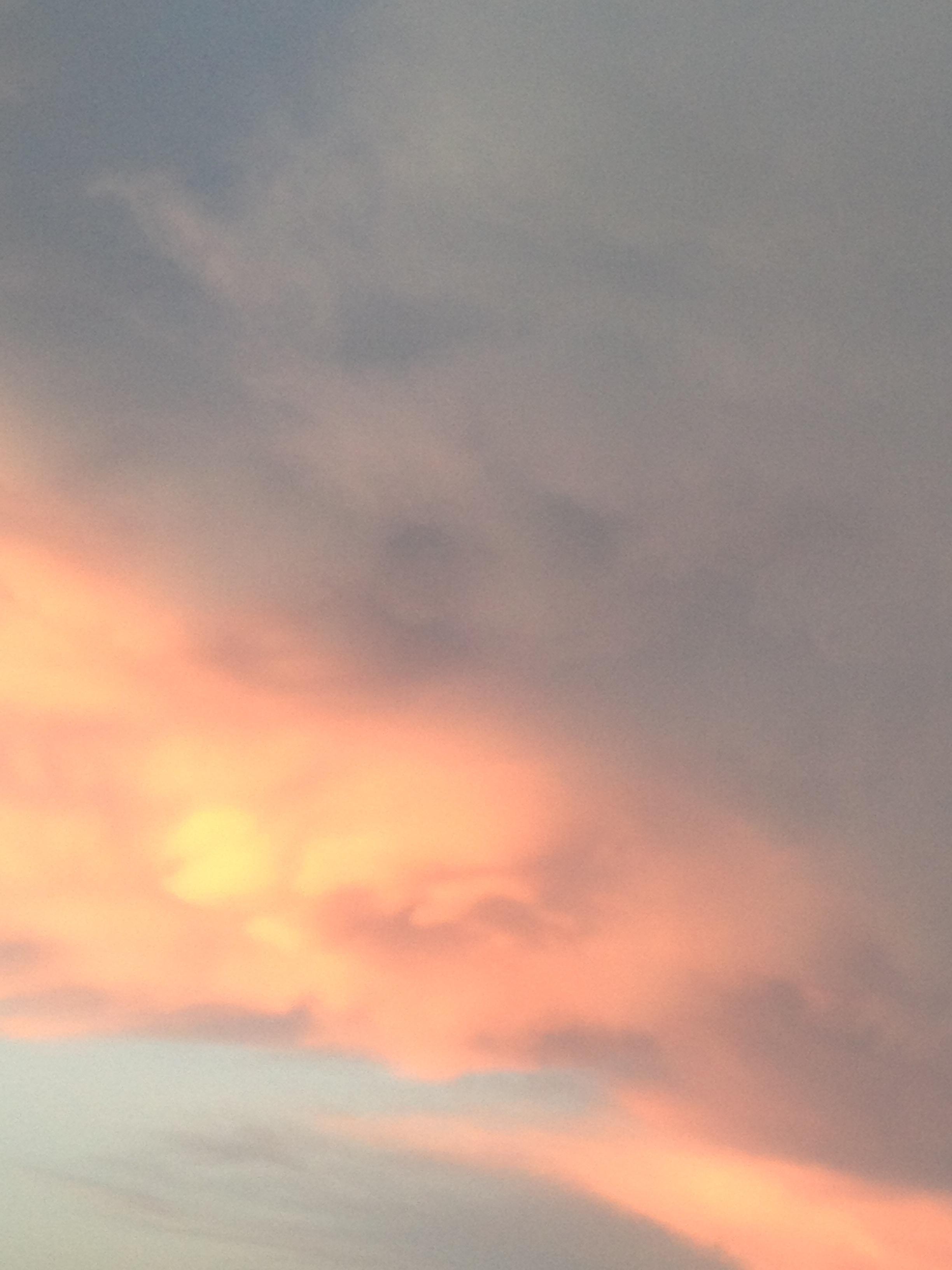 遠くの青空と近くの雨雲