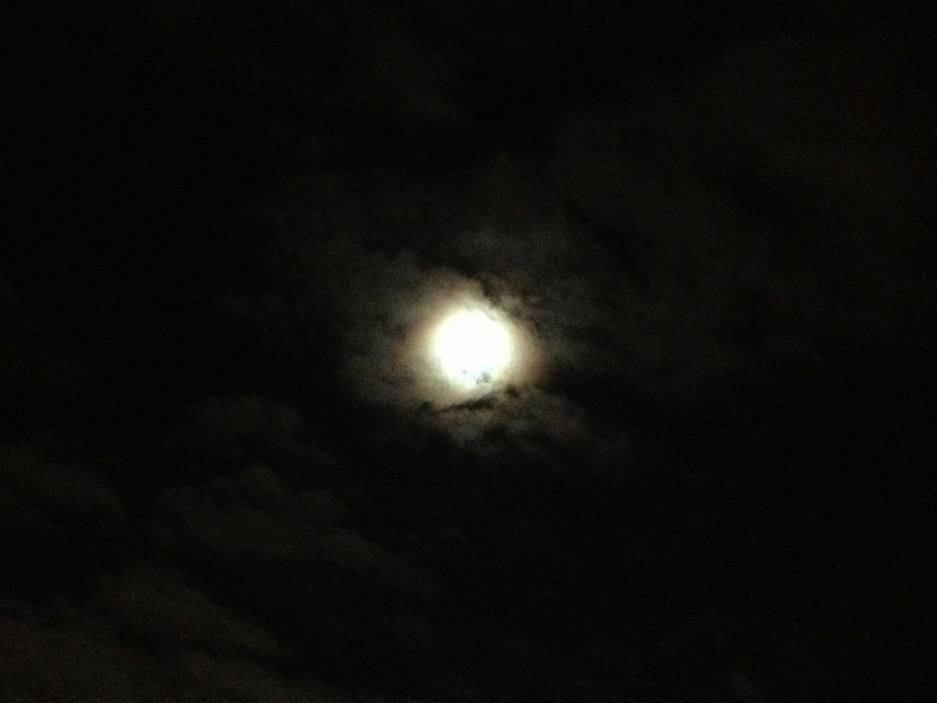雲がちな満月