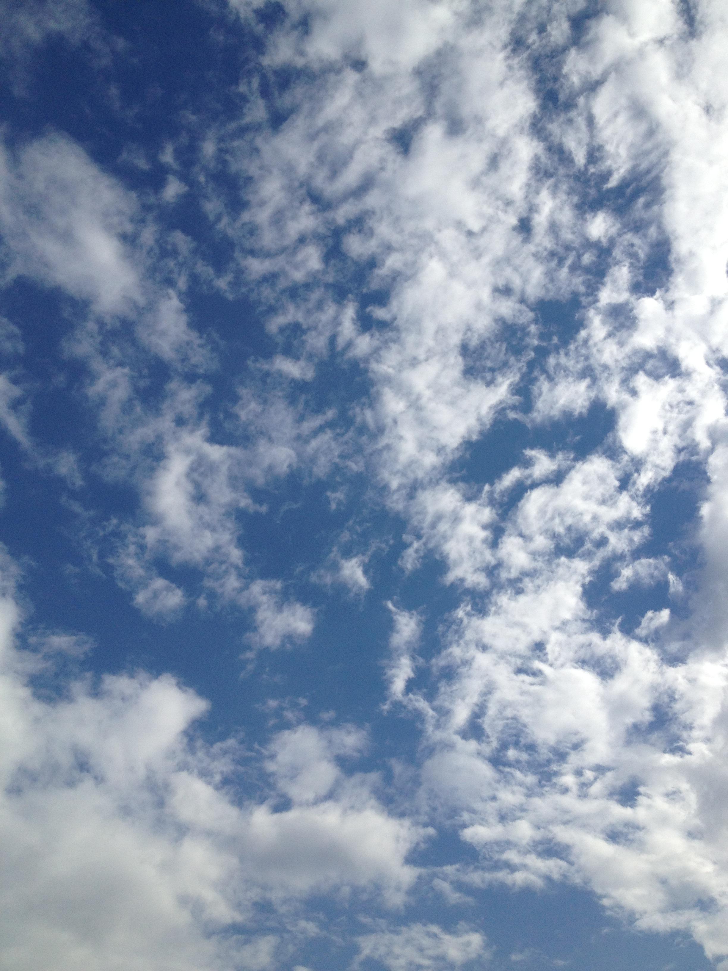 青空にまばらな雲