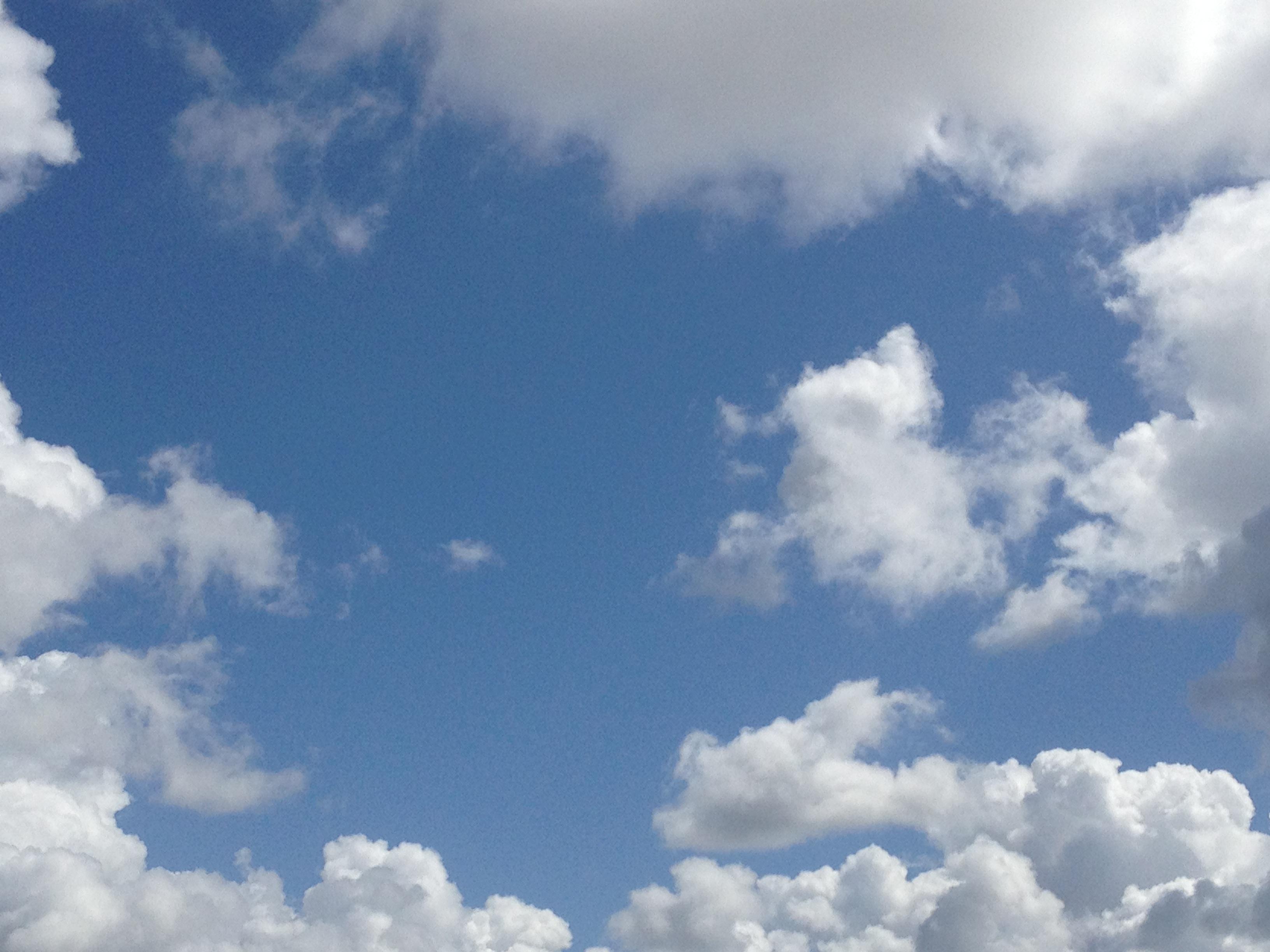 雲に囲まれた青空
