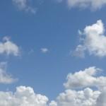 澄んだ青空と白い雲