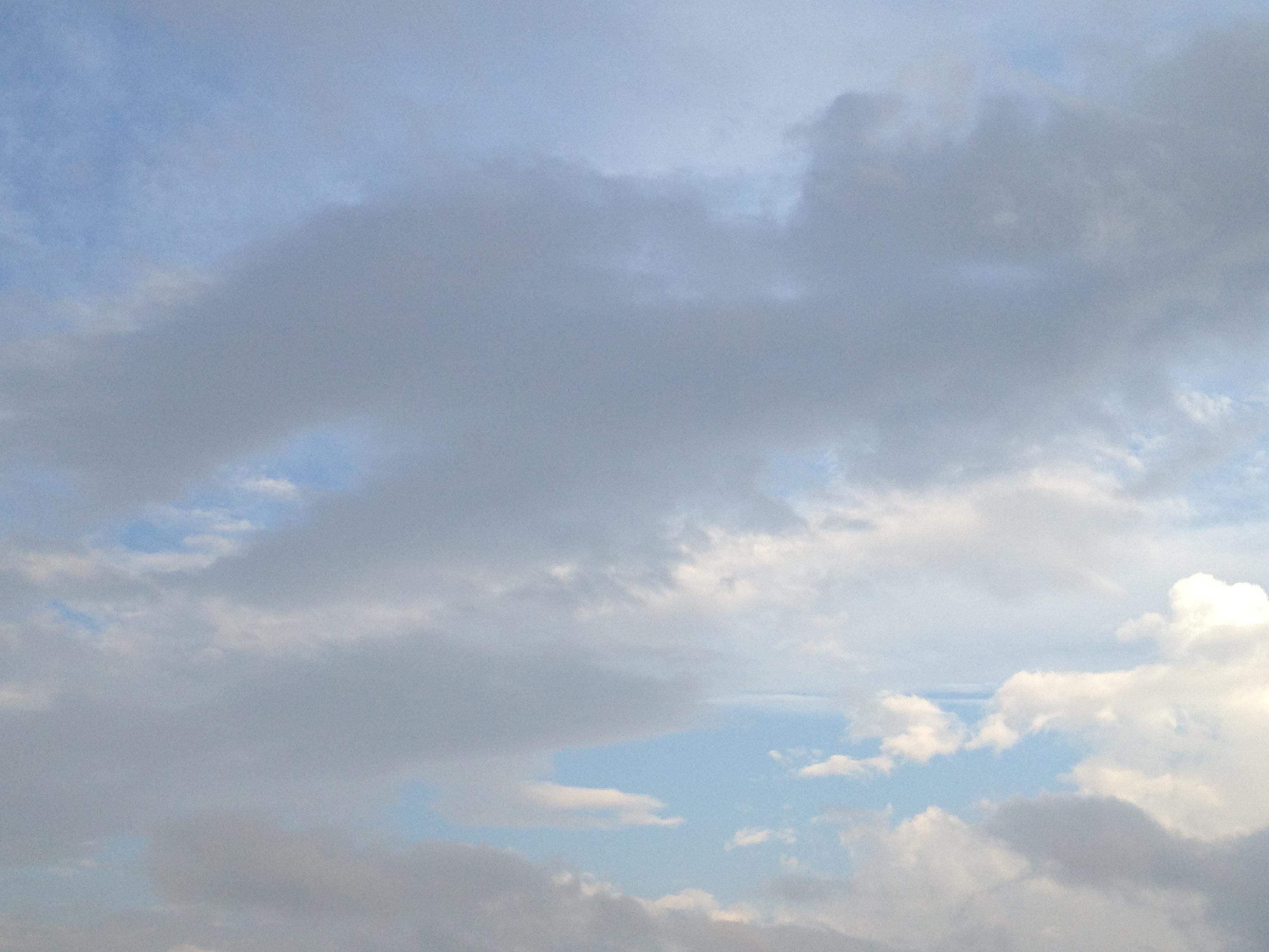 雲の隙間から見える海のような空