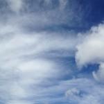 濃い青と筋状の雲