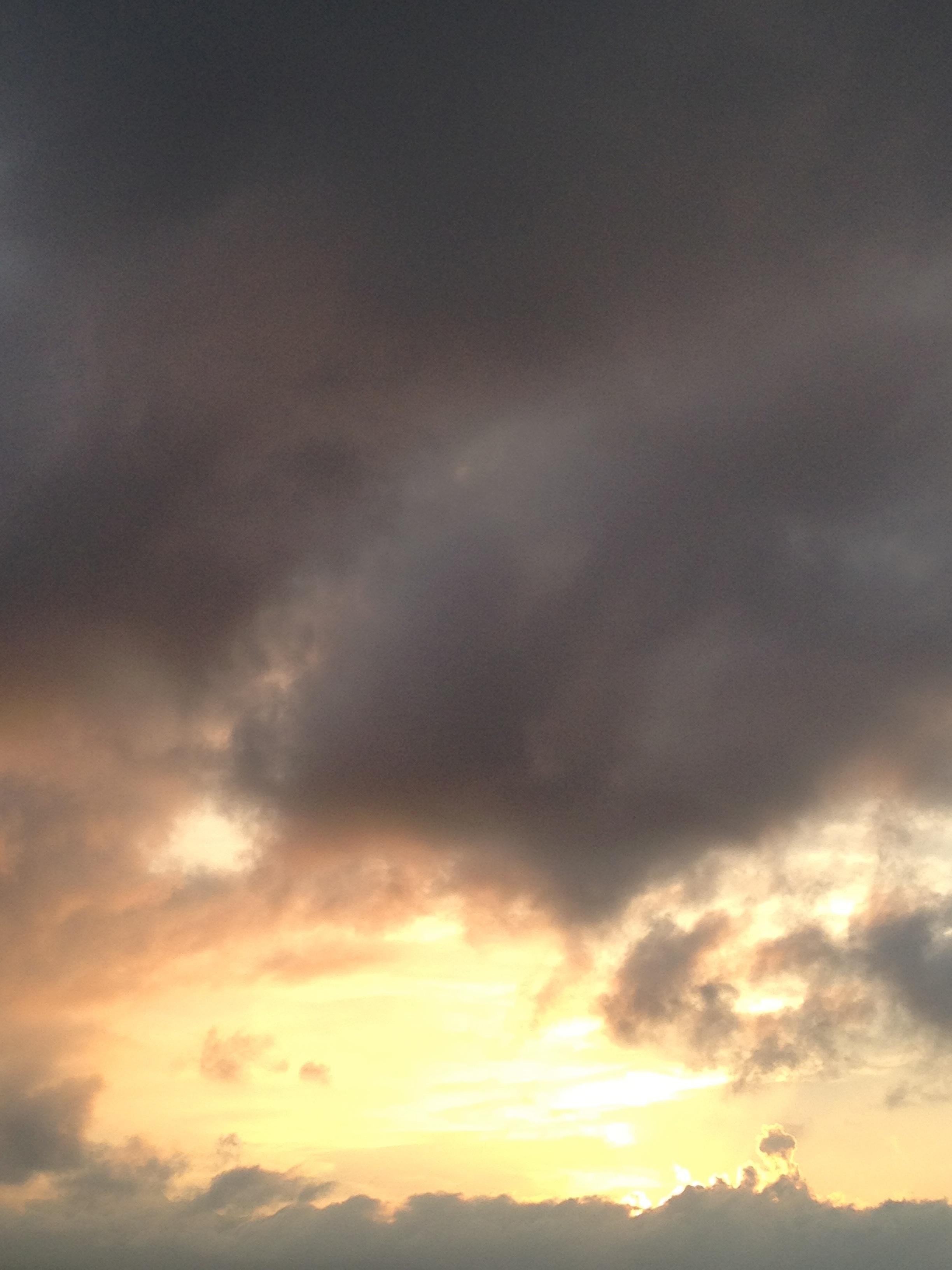 黒い雲と遠くの夕日