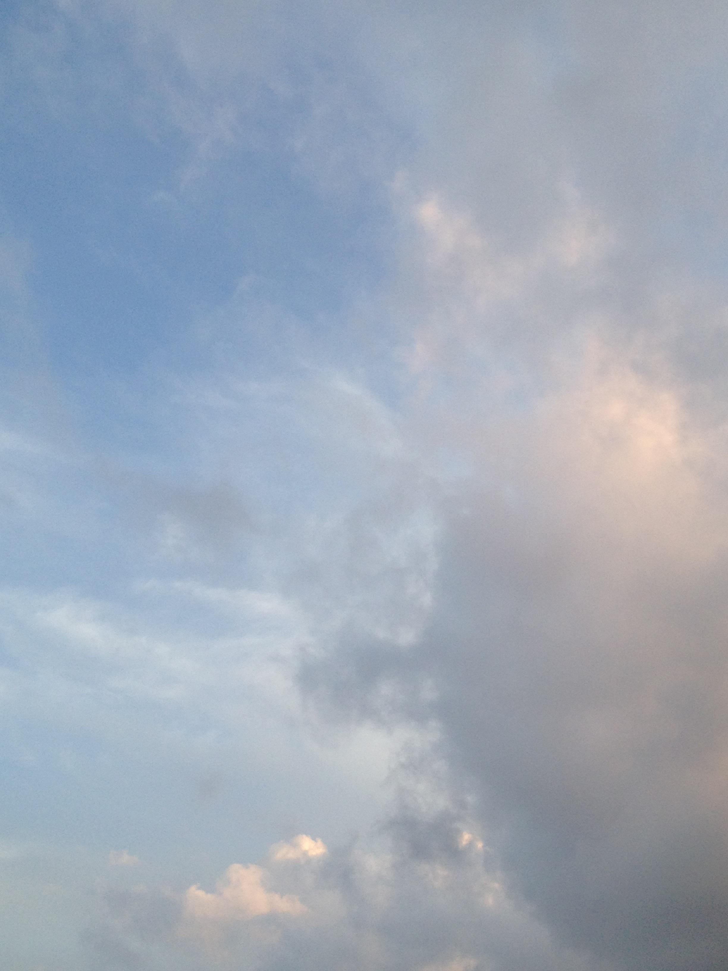 夕日に照らされる雲と青空