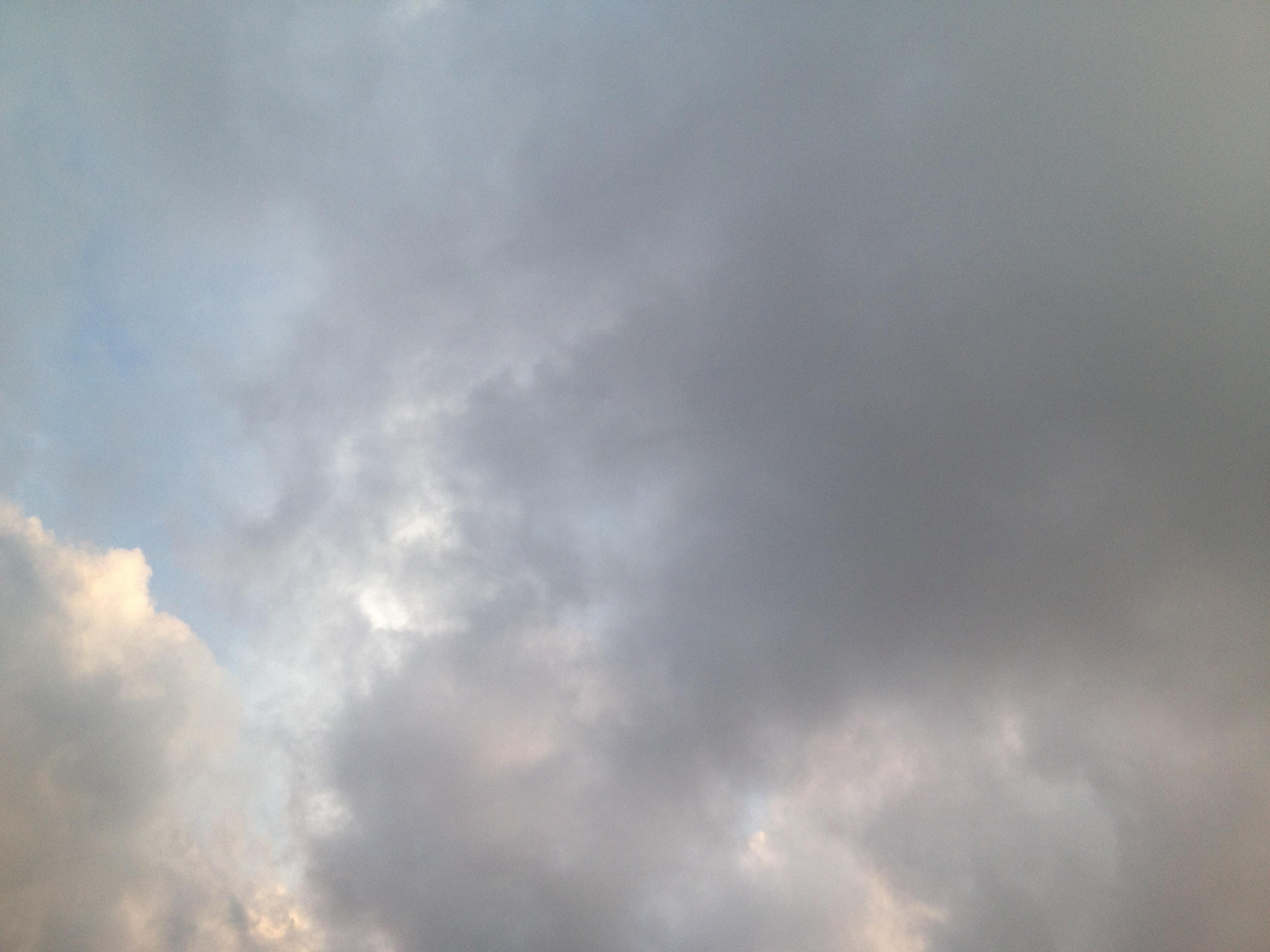 灰色の雲に覆われてる