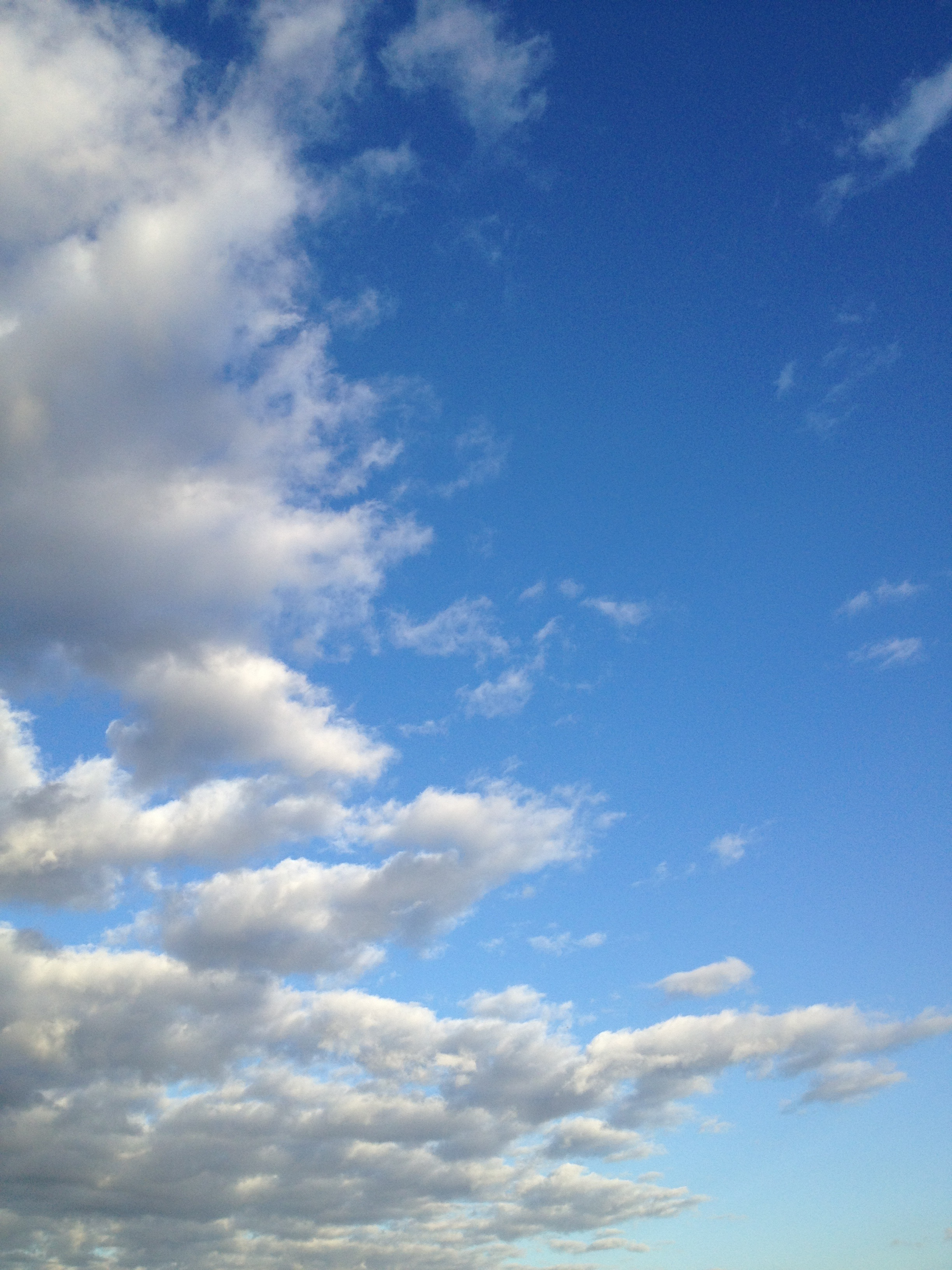 強い風に流される雲