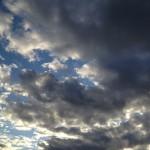 雲に隠れた夕日